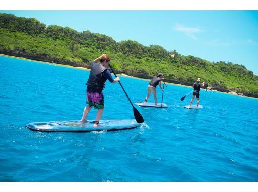 【沖縄・瀬底島】クリアSUP体験♪ めざましテレビに紹介されました♪ 足元に広がるエメラルドグリーンの水面散歩を楽しめちゃう♪の紹介画像