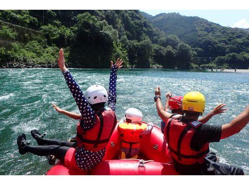 高知・四万十川|日本最後の清流でファミリーラフティング半日ツアー 泳げなくても3歳~OK【写真無料DLサービス】の紹介画像