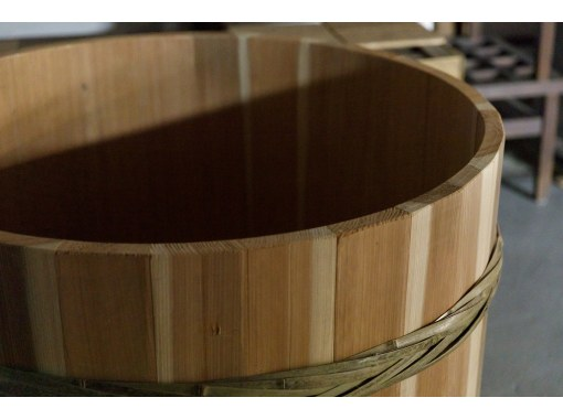 [Ishikawa / Komatsu City] Encounter the sentiments of a young brewery master who has taken on the challenge of wooden barrel-brewing, and his meticulous sake-production process.の紹介画像