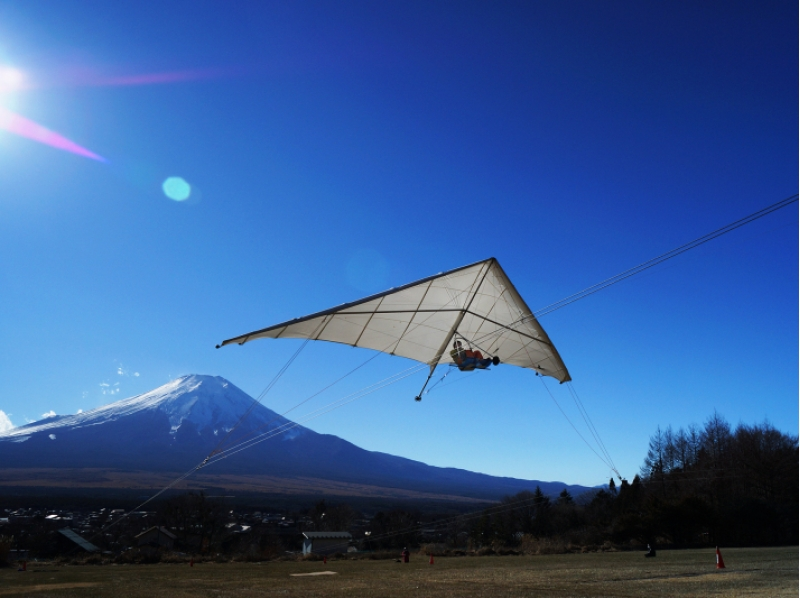 [Overlooking the Mount Fuji] towing hang glider of the introduction image