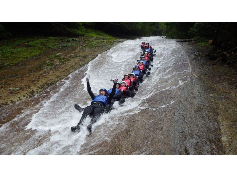 【愛媛・滑床渓谷】キャニオニングツアー まるごと1DAYコース【40m天然岩スライダー!】の紹介画像