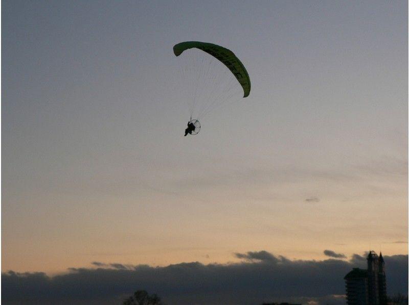 【栃木・佐野】講習後に単独飛行! モーターパラグライダー(フライト体験コース)の紹介画像