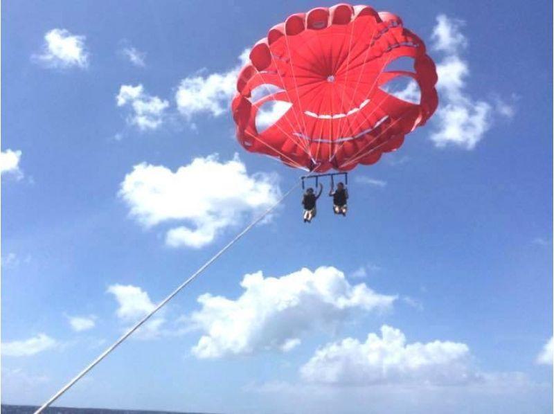 【沖縄・那覇】沖縄の美しい海、景色を眺めて優雅な時間を過ごす!パラセーリング体験(通常コース)の紹介画像