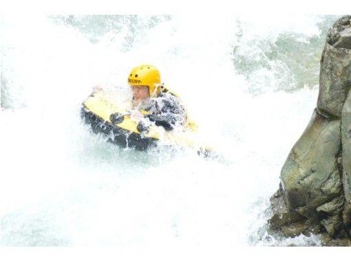 【群馬/水上/みなかみ】大迫力!水面ギリギリの視界で激流下り! 半日ハイドロスピードツアー【諏訪峡】