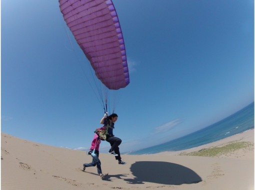 HIS Super Summer Sale in progress [Tottori Sand Dunes] Flight with a height of several tens of meters! Paragliding experience (half-day school) with postcard!の紹介画像