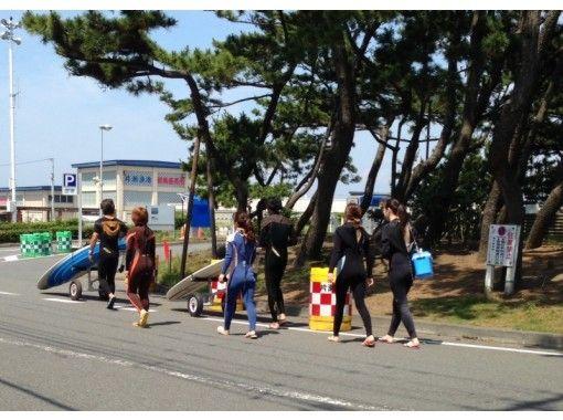 【片瀬江ノ島・2.5時間】初心者オススメ!短い時間でサーフィンを楽しめるコース!の紹介画像