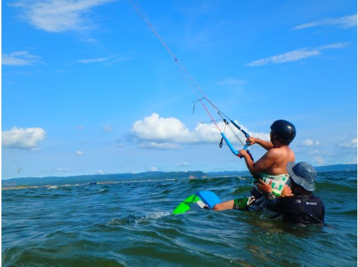 【千葉 富津岬】風の力で水上を自在に滑走する爽快感!カイトボード体験コース【2時間】の紹介画像