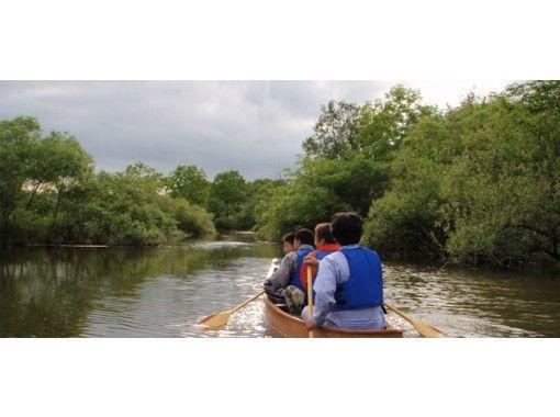 [ฮอกไกโด・ พื้นที่ชุ่มน้ำริมแม่น้ำคุชิโระ] สัมผัสสายลมที่พัดผ่านสายน้ำอันสงบและสัมผัสกับการพายเรือแคนู [หลักสูตรระยะสั้น]の紹介画像