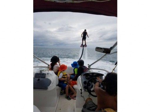 【沖縄・初心者】那覇から10分で沖縄の海を満喫!専用ボートで今話題のフライボード体験!!