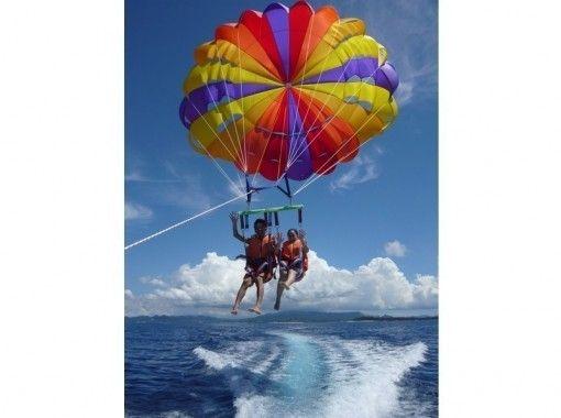 【沖縄・本島北部発】美しい海を眺めながら空中散歩!パラセーリング体験