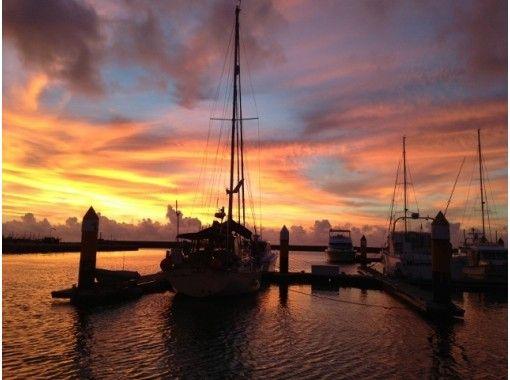 【沖縄・宜野湾】夕焼けに心を癒されてみませんか?サンセットセーリングツアー(1時間)