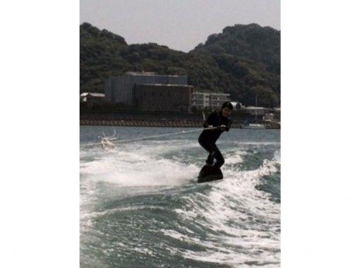 【神奈川・横浜】湘南で水面滑り! ウェイクサーフィンスクール(1~4時間・3名から)
