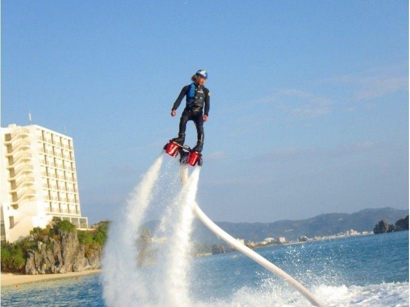 【沖縄・北部エリア/名護/本部/瀬底島】もっと高い空へ!フライボード体験コース&パラセーリング体験の紹介画像