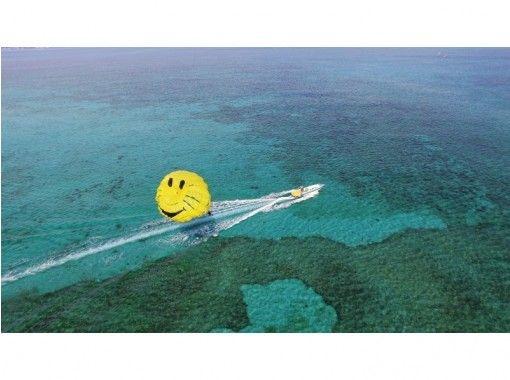 [人気スポット海中道路 ]東海岸で楽しめる!にこちゃんパラセーリングツアー!(100mロープ)