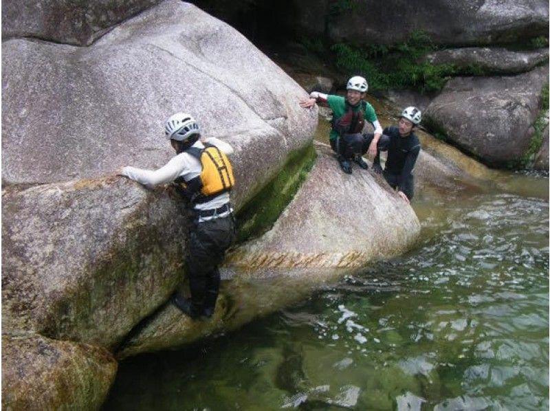 【鹿児島・屋久島】スポーツ要素だけでなく、じっくり自然と向き合える沢登り体験(1日ツアー)の紹介画像
