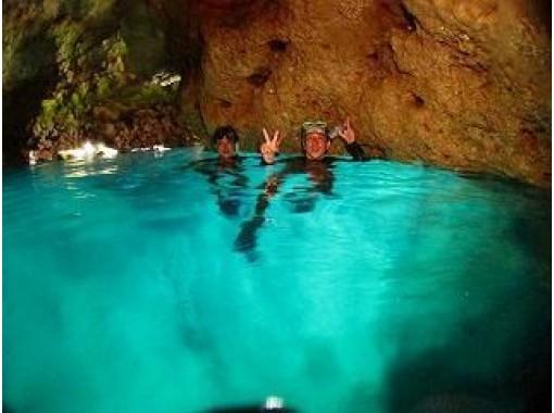 【沖縄】神秘的な世界へ。青の洞窟スノーケル
