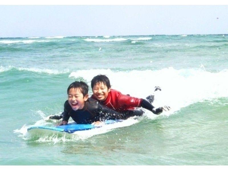 【沖縄・恩納村】体験ロングボードサーフィン(初めて~初心者向けレッスン)の紹介画像