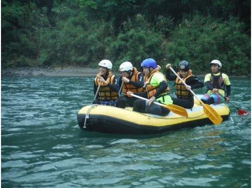 【熊本 球磨川】自然豊かな名所で楽しむ ラフティング半日コース【天然温泉入浴付】