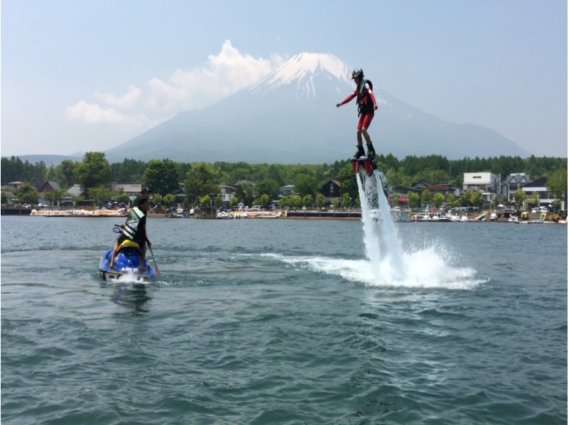 【Yamanashi / Yamanakako】 Let's challenge! Introduction image of fly board experience (beginner course: 15 minutes)