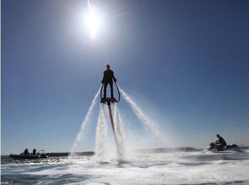 【沖縄・宜野湾】人気の最新アクティビティ!フライボードで海に浮く!