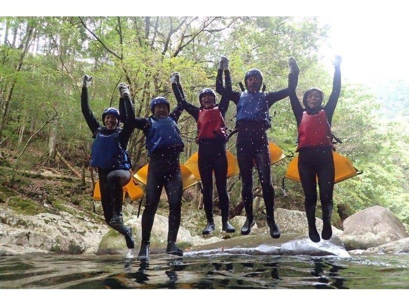 愛媛県滑床渓谷のキャニオニング体験