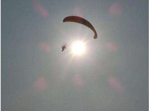 【京都・久美浜】爽快空中散歩「モーターパラグライダータンデムフライト体験」お子様抱っこで3人乗りも可