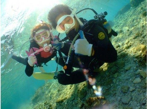 【水中ツアー貸切り案内】GoPro撮影無料!! 水中最大60分!!【沖縄・青の洞窟ダイビングロングコース 】パラセーリングとのセットも大人気の紹介画像