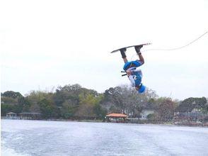 【福岡・博多湾】雁の巣ビーチでウェイクボード体験(初心者~上級者レベル・目的別レッスン)の魅力の説明画像