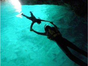 【沖縄・恩納村】女性ガイド指定!完全貸切!青の洞窟シュノーケリング写真撮影&SDカードプレゼント付きの魅力の説明画像