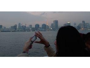 騎自行車和水上巴士巡遊4.5小時當然俯瞰東京[東京虎之門山]被包裹在描述圖像的夕陽魅力