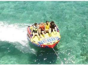 【沖縄・古宇利島】スリル満点!海上滑走‼ トーイングチューブの魅力の説明画像