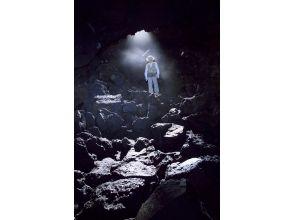 プランの魅力 漆黒の洞窟内は一年を通して氷の世界。 の画像