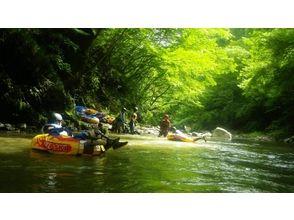 【山梨・大月】夏は無邪気に川遊びっ!!圧倒的な大自然でチュービングツアー!の魅力の説明画像