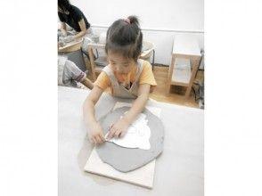 プランの魅力 手动揉捏的特点是可以制作任何形状!这是通过将拉伸的粘土切成所需形状而制成的板。 の画像