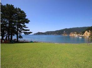 プランの魅力 芝生の公園のそばのビーチ の画像
