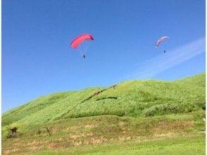 【熊本・阿蘇】ふわりと空中散歩。パラグライダー半日体験(日本語理解できる方限定)の魅力の説明画像