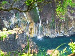 プランの魅力 A mysterious waterfall that flows down into the sea の画像