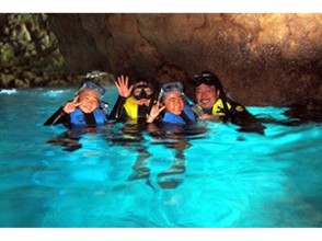 【ボートで行く青の洞窟シュノーケリング&体験ダイビング】ツアー写真プレゼント・餌付け付き・快適なボーの魅力の説明画像