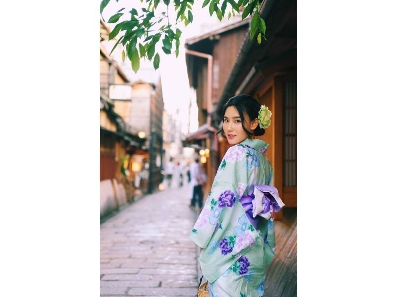Attraction of plan Image of staff will select kimono that fits customers