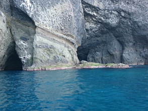 "【Hokkaido · Otaru】 Explanation image of the attraction of the sea's secret ""Blue cave exploration cruise"""