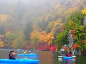 竜神大吊橋と日本一高いバンジージャンプを見上げて★湖面の爽快なカヌーツアーの魅力の説明画像