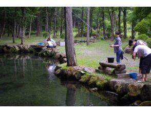 栃木県日光市【渓流釣り3時間】 緑の香りと透き通る清流を満喫! ※釣りたてのお魚を炭火焼きにできますの魅力の説明画像