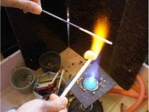 プランの魅力 用燃烧器将玻璃融化并缠在一根棍子上。 の画像
