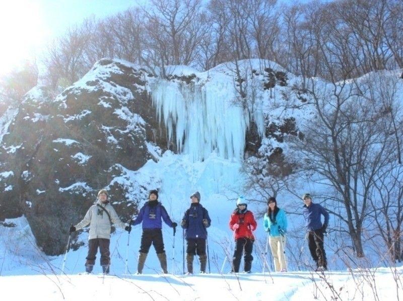 プランの魅力 氷の滝をバックにポーズ! の画像
