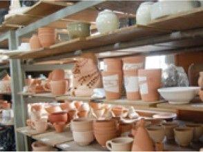 プランの魅力 工房にはプロの陶芸家、小西敬孝や生徒の作品が数多く並んでいます の画像