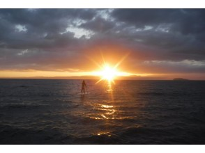 プランの魅力 穿过云层中的空隙的日落 の画像