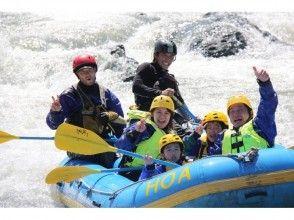 的[北海道,漂流在日高在日本清澈的溪水中,撒入河漂流家庭半日遊吸引力的描述形象