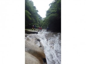 【愛媛・滑床渓谷】キャニオニングツアー ハーフDAY 午前/午後コース【圧巻の富士滑の滝】の魅力の説明画像