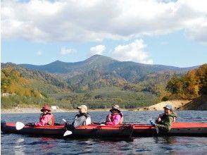 プランの魅力 In autumn, the lake autumn leaves canoe の画像