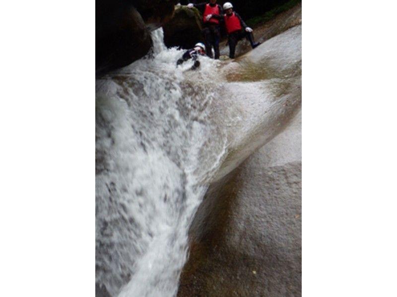 プランの魅力 岩野間を縫って滑り降りると、突然滝の上に出るユニークなスライダーポイント「奥滑」 の画像